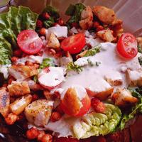 Cézár saláta sült csicseriborsóval és fokhagymás krutonnal
