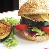 Grillezett padlizsánburger humusszal