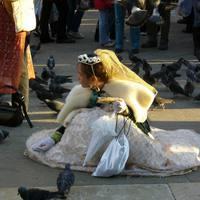 Galambokat etető kislány
