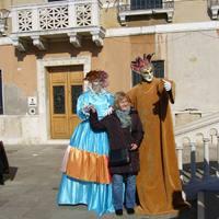 Jelmezesek és a velük pózoló turista