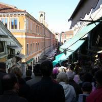 Tömeg a hídon mindkét oldalon üzletekkel