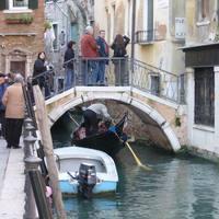 Híd a csatorna felett