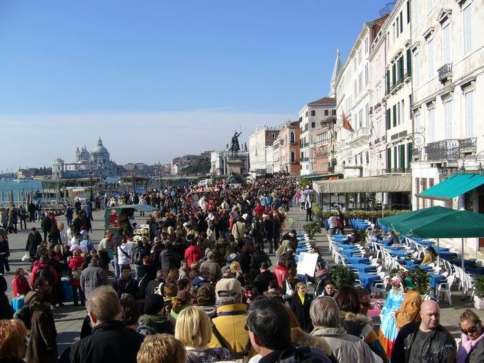 Alakulú tömeg a parton