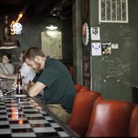 A pultnál egyedül ülő férfi jellemzése
