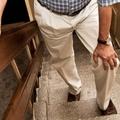 Így védd a térded emelés, gyaloglás, lépcsőzés során!