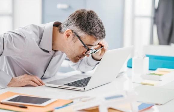 Itt a zseniális szemüveg: olvasáshoz, számítógéphez, munkához is jó