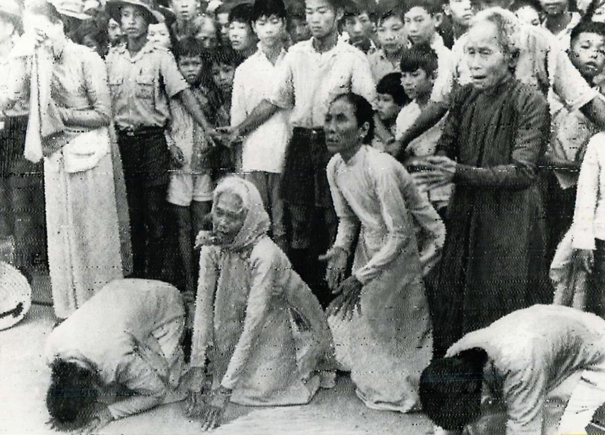 196605_crowd_watching_burning_nun.jpg