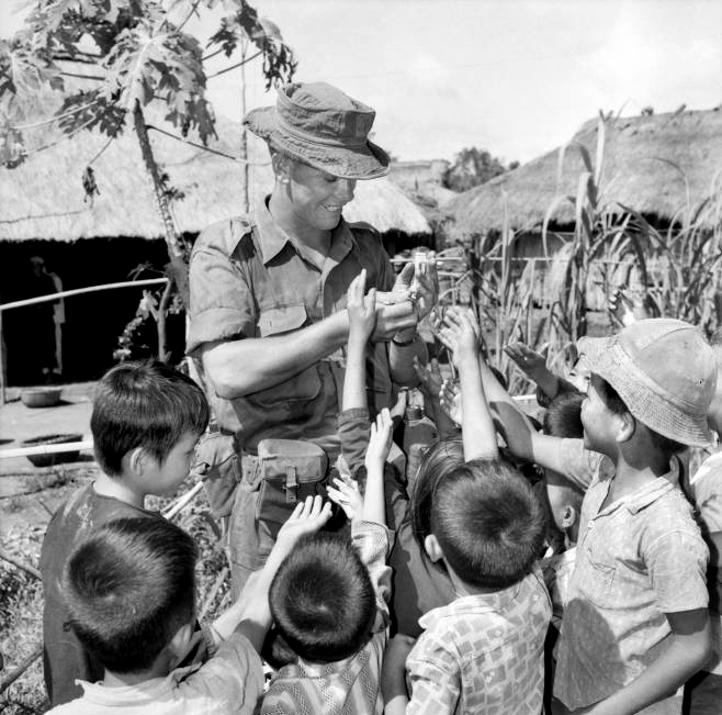 bob_cockerill_handing_out_chewing_gum_ong_huong_village_in_1965.jpg