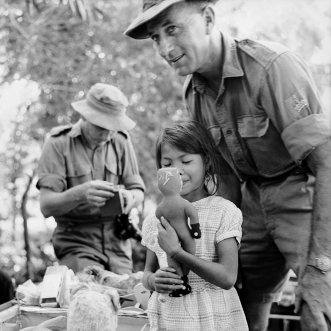 wo_sonny_phillips_with_vietnamese_girl_distribution_toys_an_bac.jpg