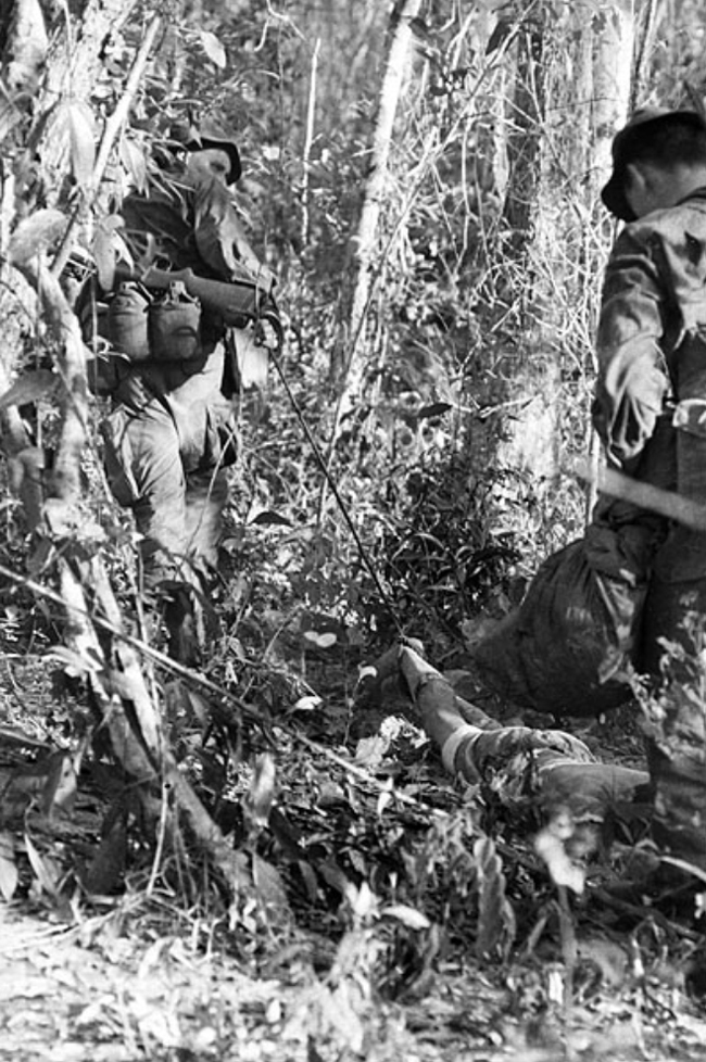 6rar_soldiers_pulling_vc_body_on_toggle_rope.jpg