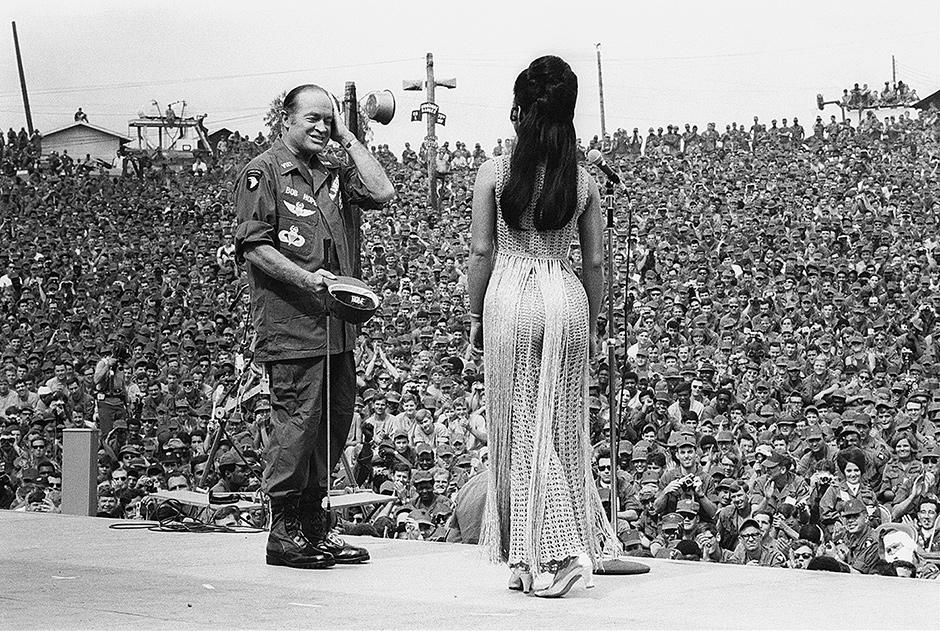 bob_hope_w_jennifer_hosten_miss_world_dec_1970.jpg