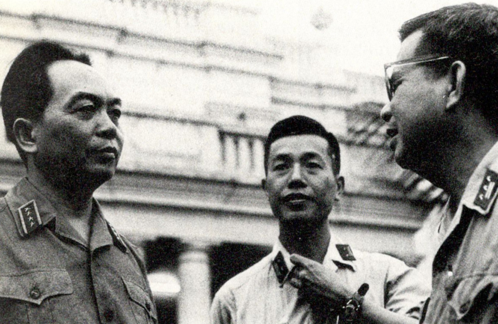 gen_giap_consulting_two_officers.jpg