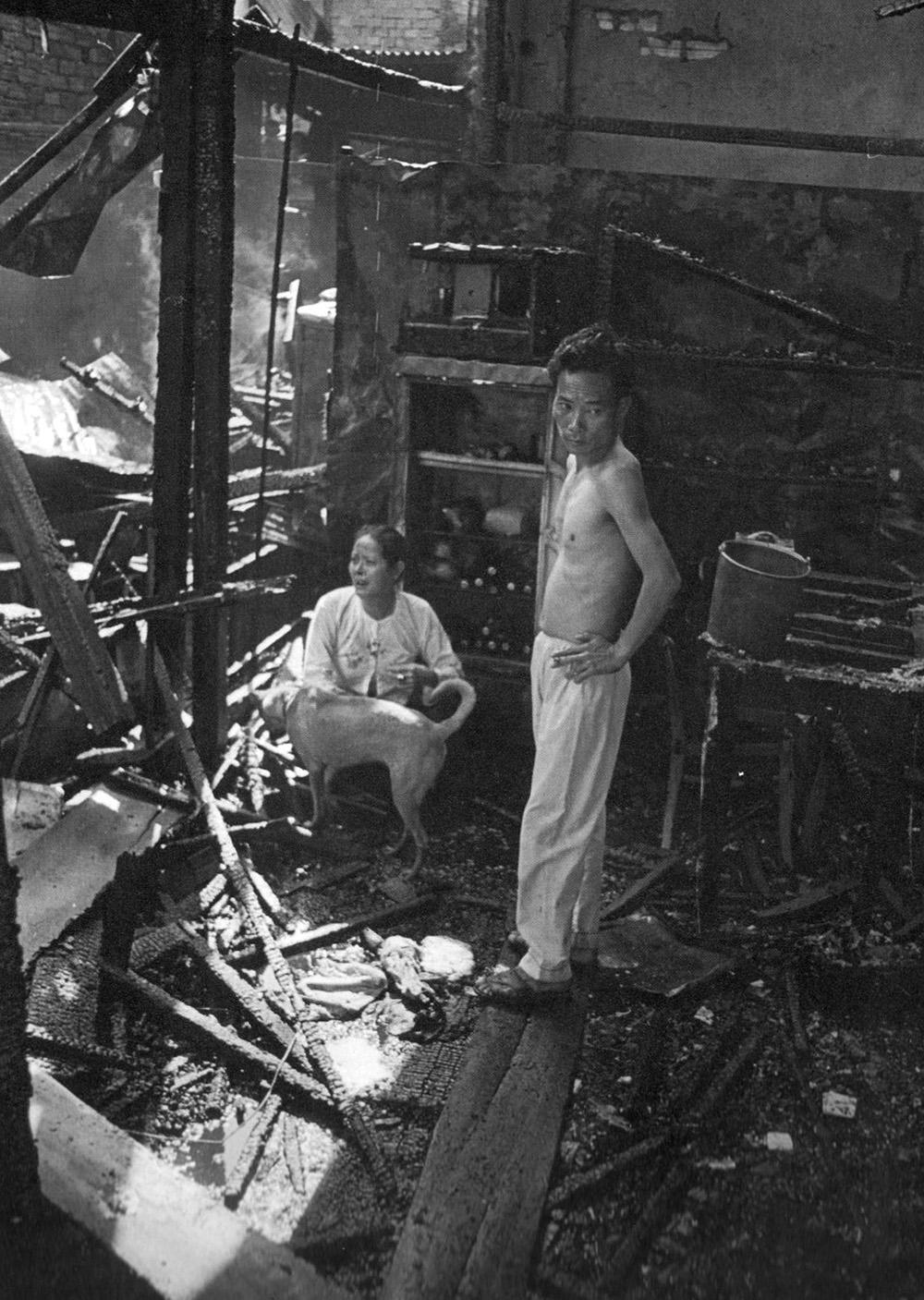 19680221_saigon_couple_in_the_ruins_of_their_shop_near_tsn_airbase.jpg