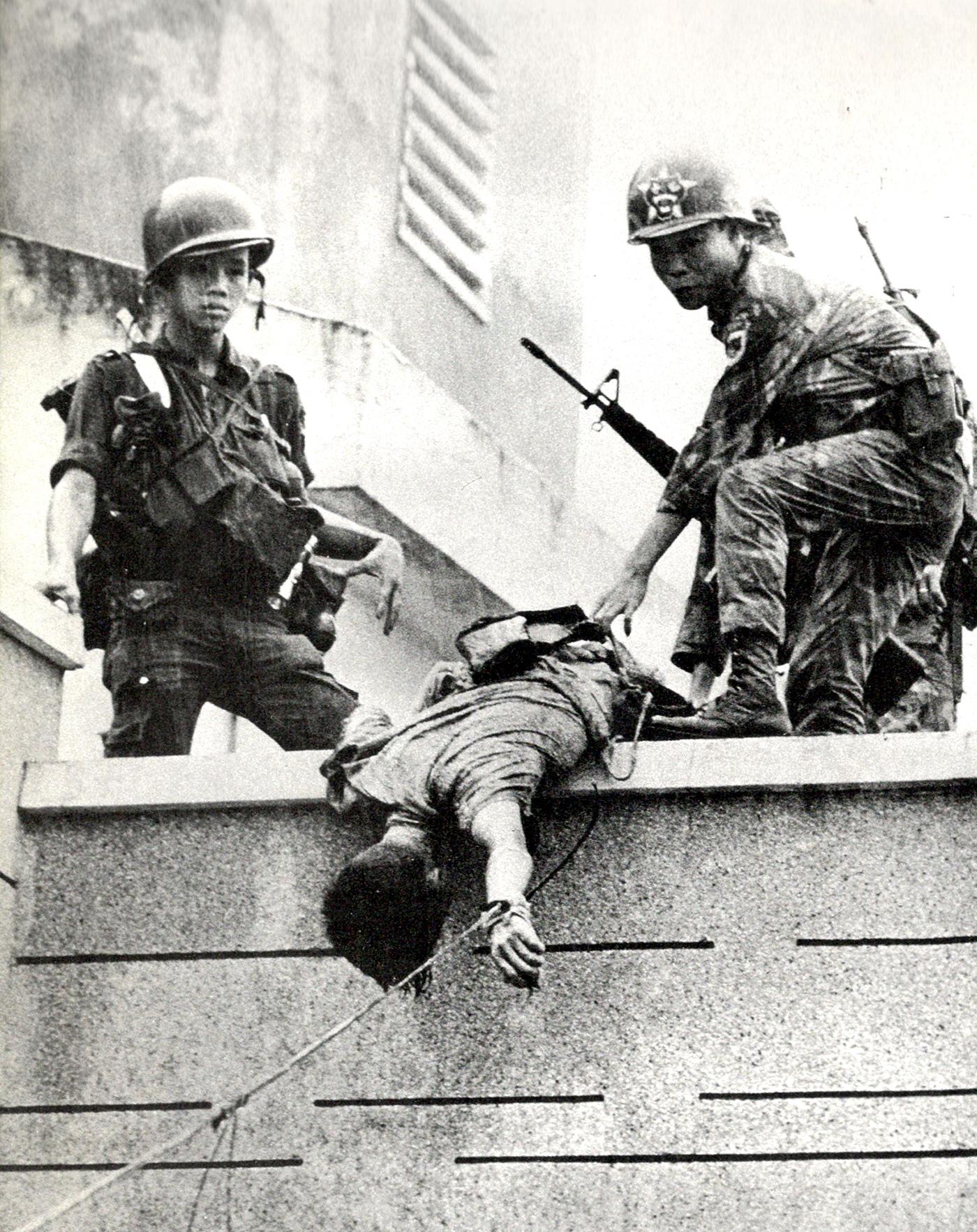196802_arvn_w_vc_dead_sniper.jpg