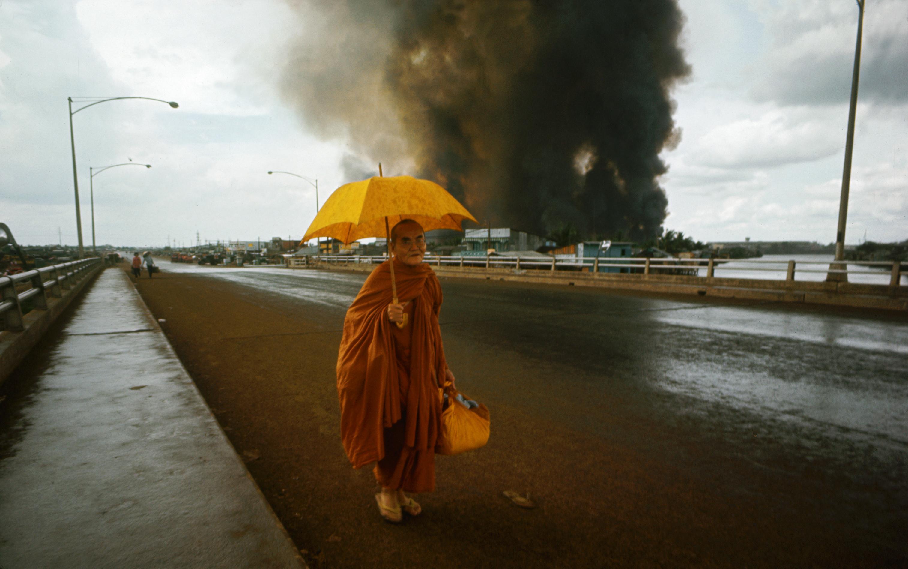 Buddhista szerzetes kel át Saigon egyik hídján