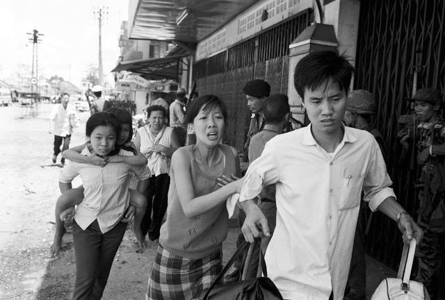 Menekülő család Cholonban
