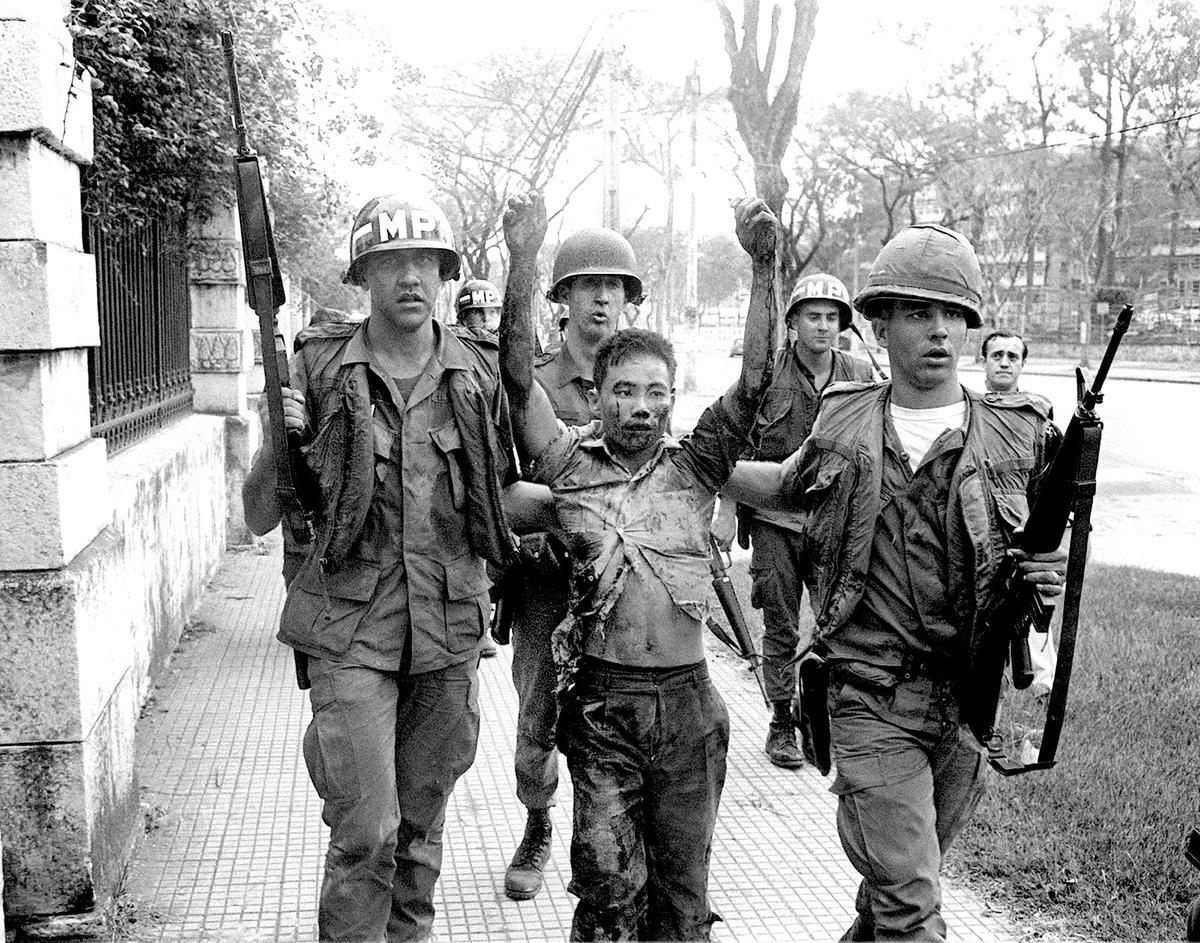 Amerikai katonai rendészek vietkong foglyukkal