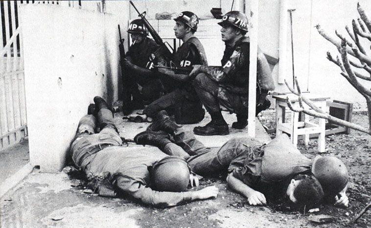 Amerikai katona rendészek a kapunál a kora reggeli órákban