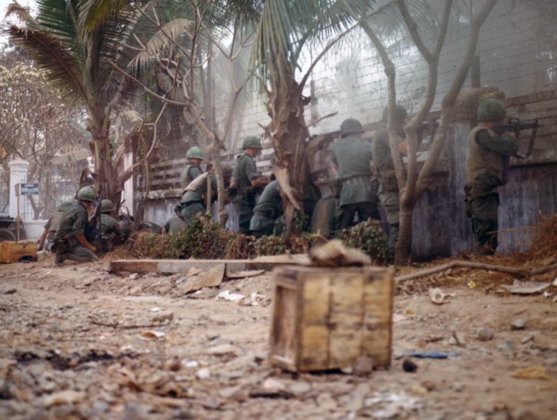 Amerikai katonák a saigoni tiszti szálló közelében