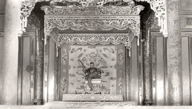 Paul Thompson őrmester a huéi császárpalota trónján (1968. február 24.)