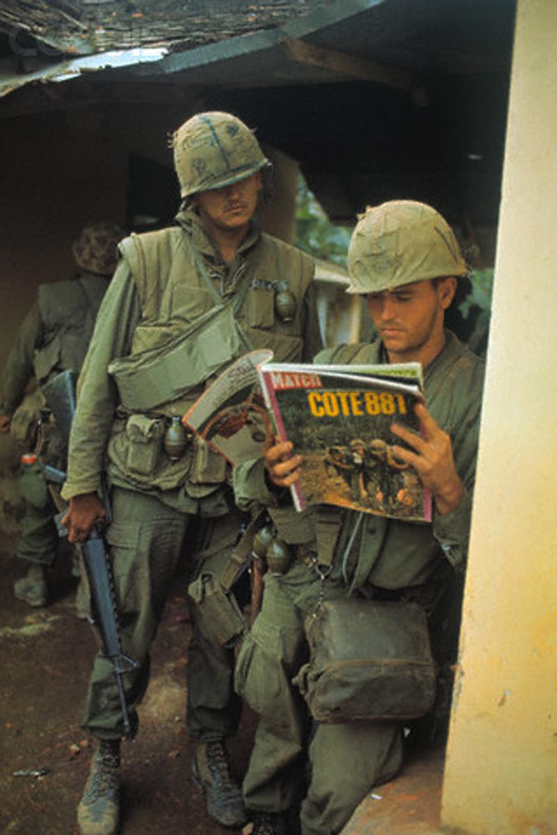 Amerikai tengerészgyalogos a Paris Match képesújságot lapozgatja. A címlapsztori a Khe Sanh-nál folyó harcokat mutatja be.