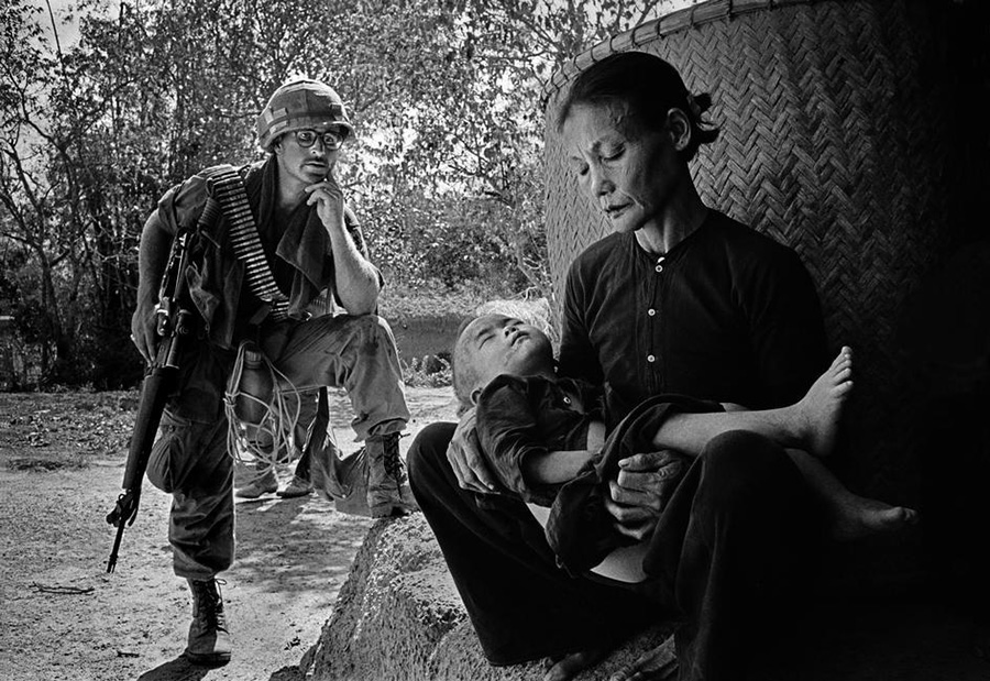 american_soldier_w_civilian_near_my_lai.jpg