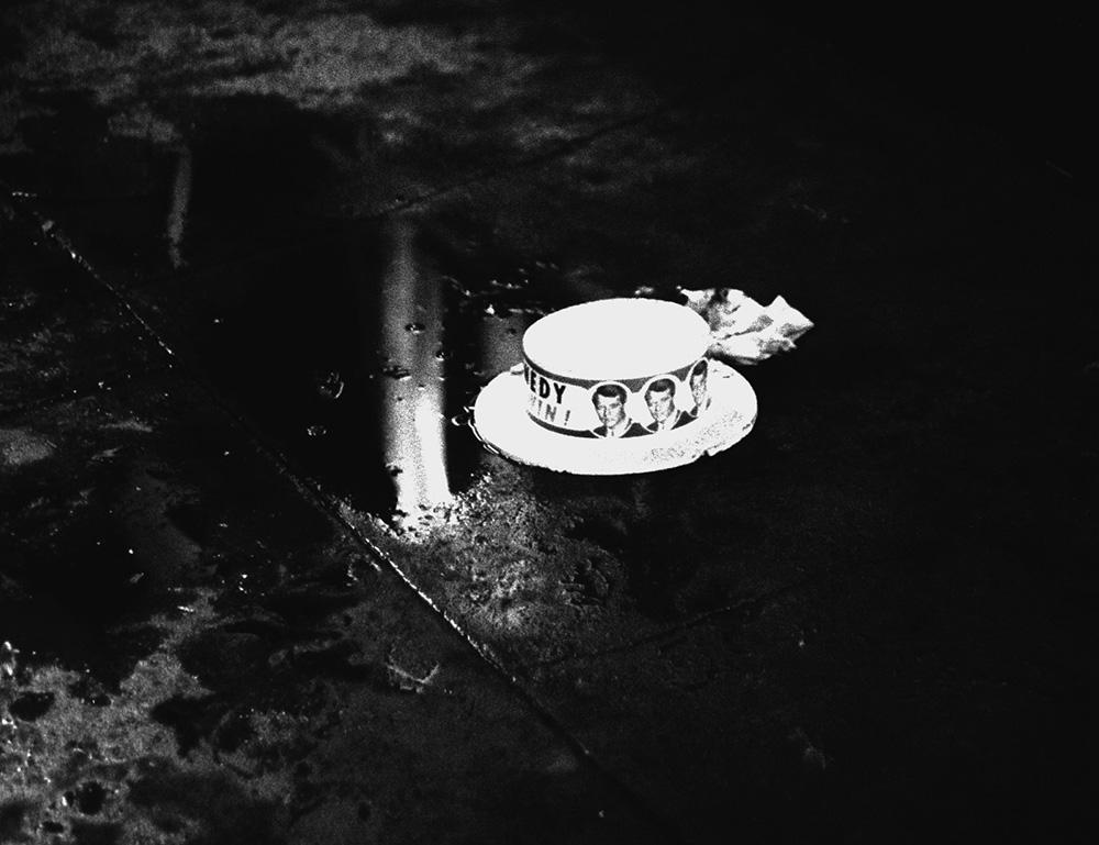 A hely, ahol Kennedy szenátort a lövések érték: a fényképész szerint egy asszony tette a kampány során osztogatott kalapot a vértócsára.