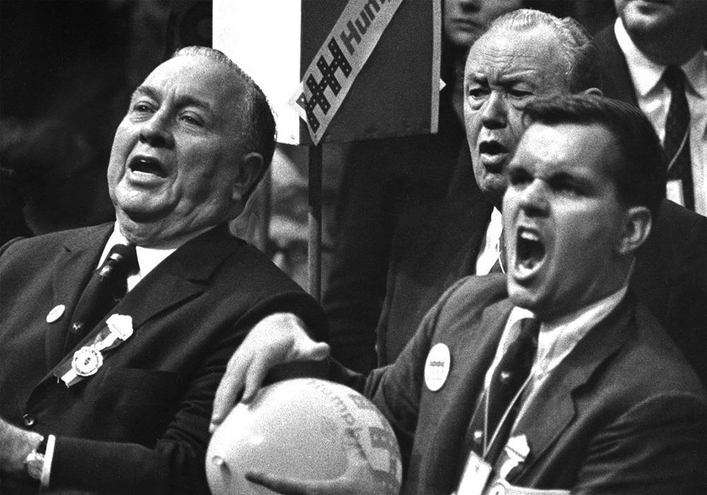 A gyűlésen részt vett a szintén demokrata párti Richard Daley polgármester (lásd a kép bal oldalát)