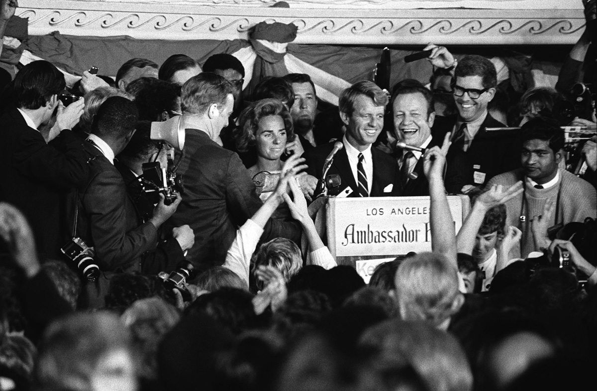 Kennedy szenátor beszédet tart az Ambassador szálló előtt, nem sokkal azelőtt, hogy a merénylő rálőtt