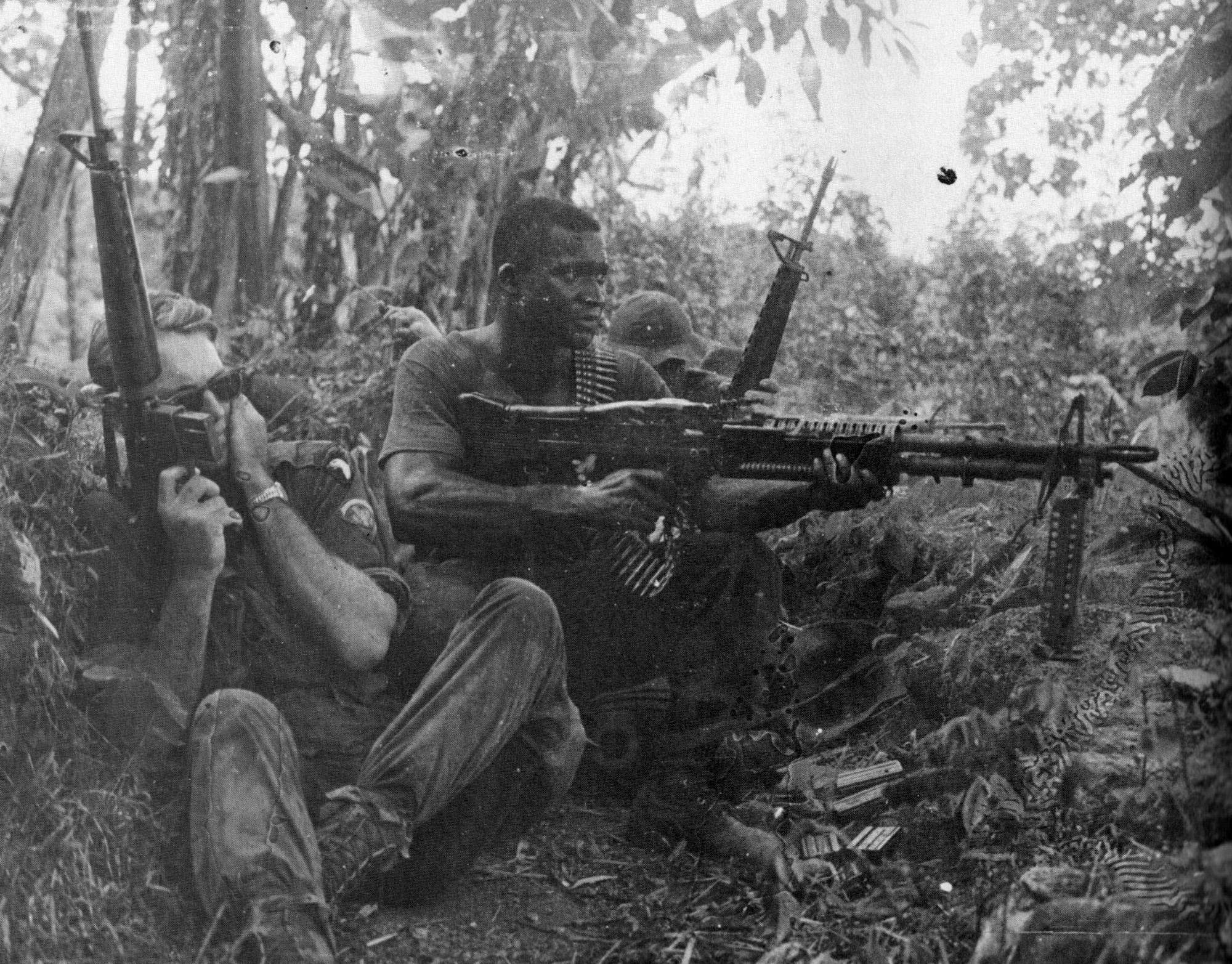 James Lohr két híres fényképét egy tűzharc kellős közepén készítette a Benton-hadművelet során: a 101. légideszant 502. ezredének egyik századát Chu Laitól nyugatra lerohanta egy észak-vietnami alakulat. Az első fotó a tűzharc szünetében készült...