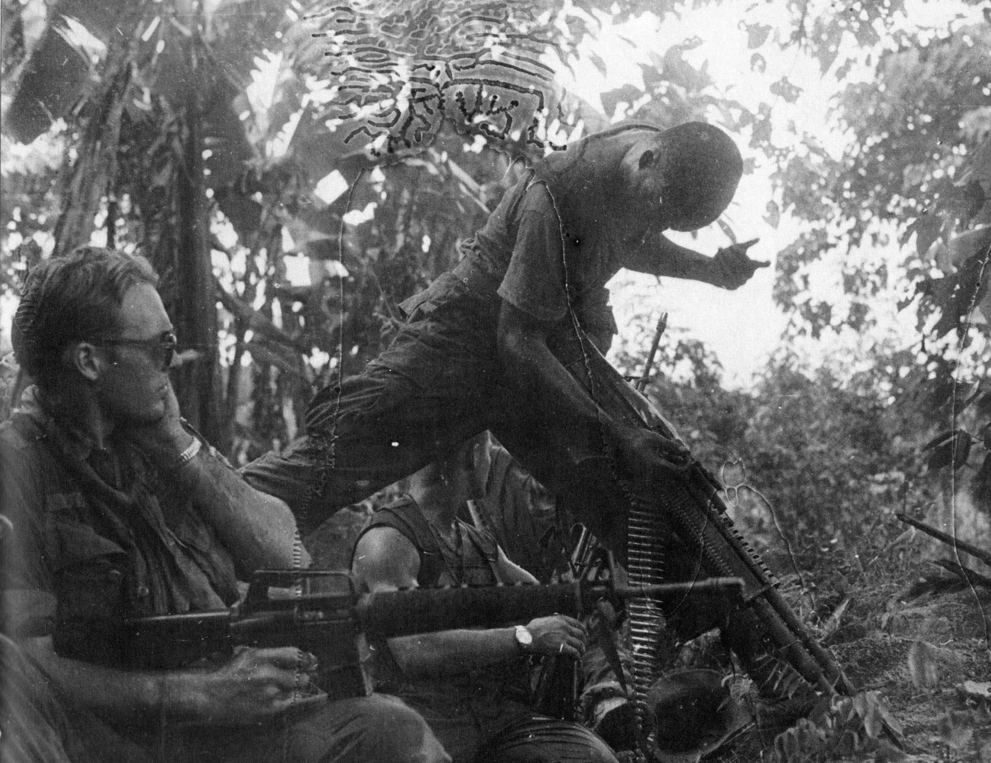 A második fotó közvetlenül azután készült, hogy a géppuskást találat érte. Pár perccel később a védvonalat lerohanta az ellenség és menekülniük kellett. A fényképész több patakon is átkelt eközben, gépe is elázott, így keresztet vetett a filmtekercsekre, ám a támaszpontra visszatérve előhívta a fotókat és döbbenten látta, hogy néhány vízfoltot leszámítva a felvételeknek semmi baja.