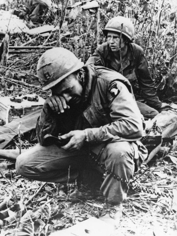 A 101-esek egyik századosa elesett embereit siratja