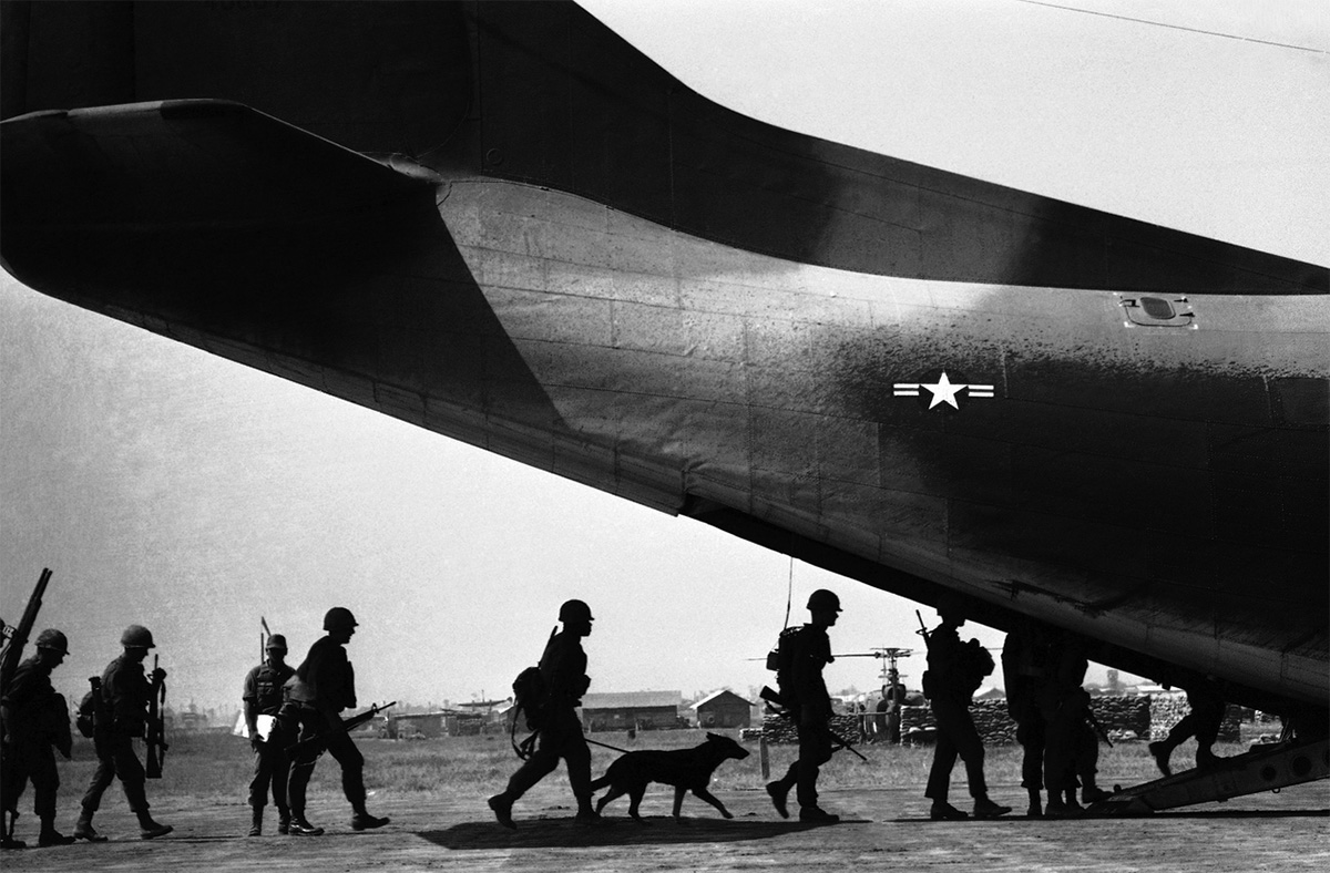 tracker_dog_w_troops_boarding_a_plane_1967.jpg