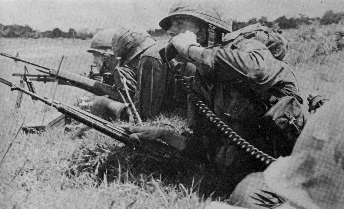 Az 1. gyaloghadosztály katonái ellenséges tűz alatt (1965)