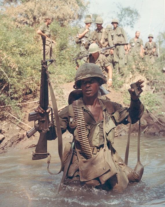 A katona nyakában látható az M-7 oldalzsák, melyben nemcsak Claymore-aknákat tároltak