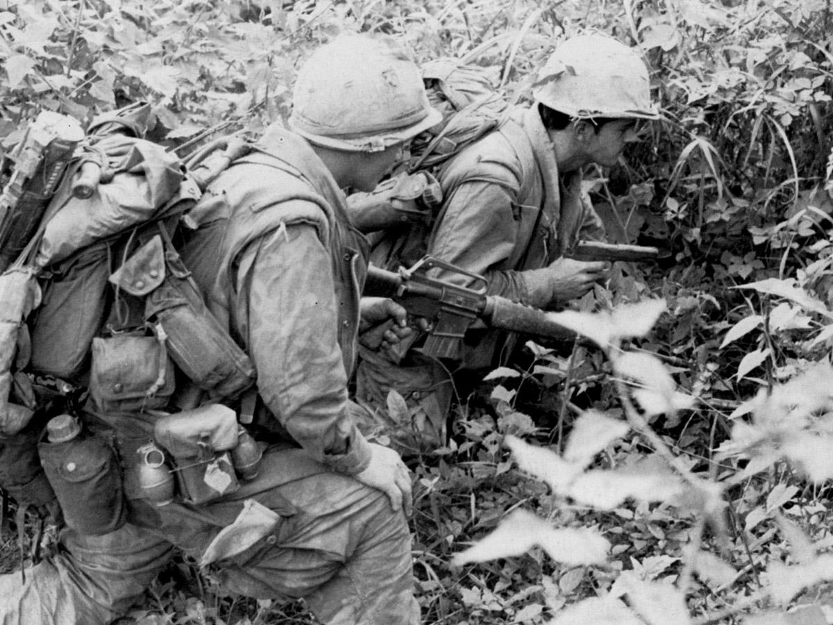 Tengerészgyalogosok egy ellenséges lejáratnál. A bal oldali lövész hátizsákján számos kiegészítő megfigyelhető, például balta, M-72-es könnyű rakétavető, illetve az M-16-osra felcsatolható villaállvány hosszúkás tokja, melyben fegyvertisztító készlet is megtalálható volt.