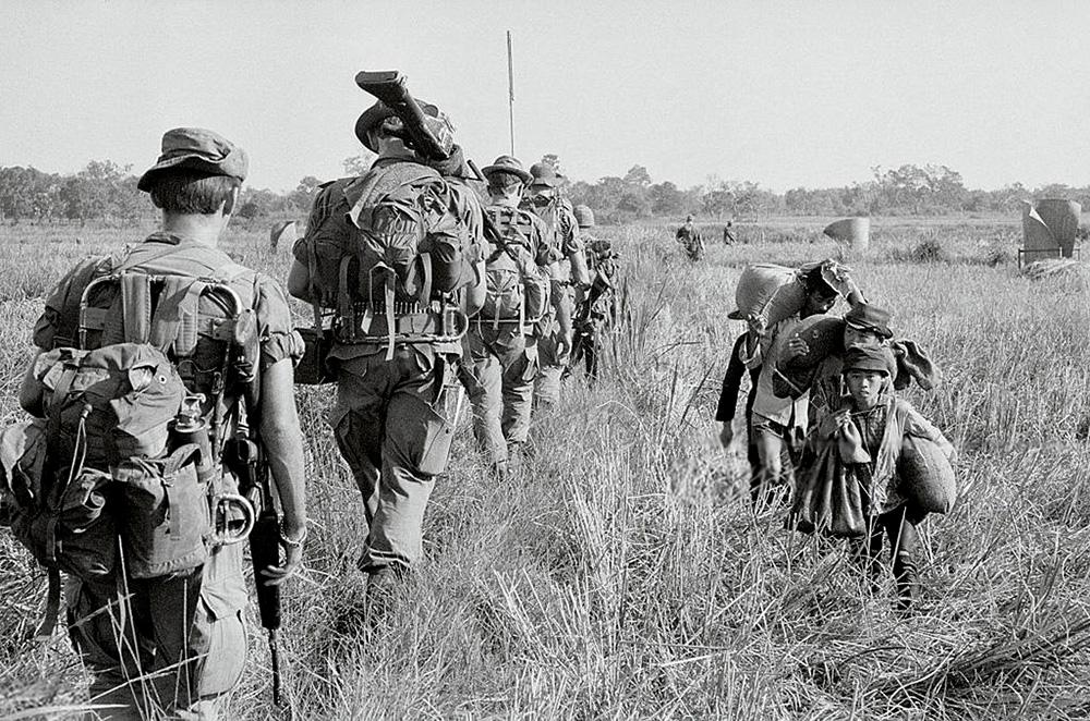Az utolsó három katonán figyelhető meg, hogy a vázra sokféleképp lehetett a hátizsákot rögzíteni: középre, felülre vagy akár alulra.