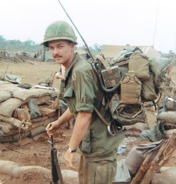 A 25. hadosztály egyik rádiókezelője bevetés előtt. Kenyérzsákját ő nem a rádiókészülék alá rögzítette, ahogy sok más bajtársa, hanem amögé. Derékszíjszereléket nem visel.