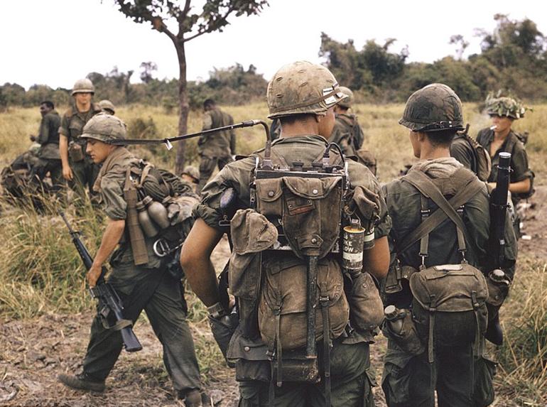 A PRC-25 járőrrádióra lehetett többek füstgránátokat is rögzíteni. Alatta látható az M1961-es kenyérzsák.