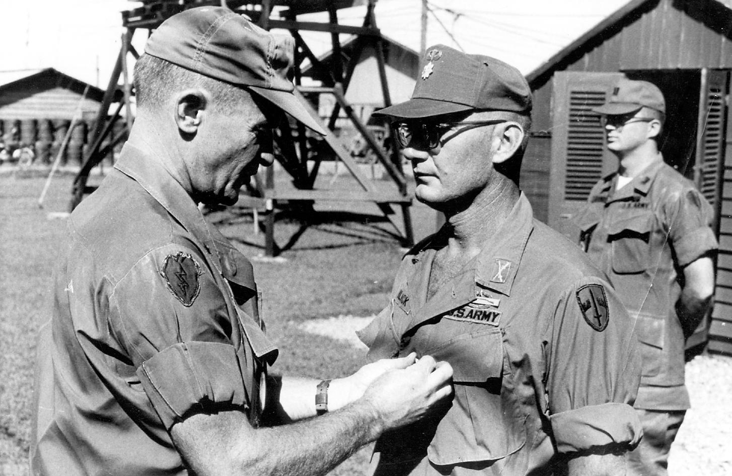 A hadsereg baseball-sapkája nem volt különösebben katonás...
