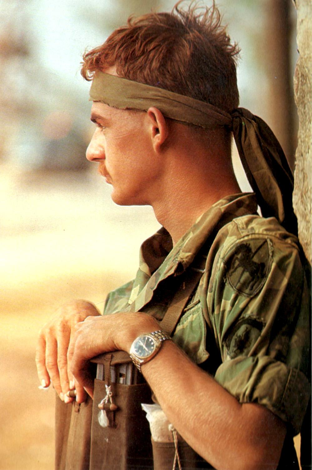 A hadsereg mélységi felderítője nemcsak fejpántja révén lóg ki a sorból, ugyanis zsákmányolt kínai tártartó mellényt visel