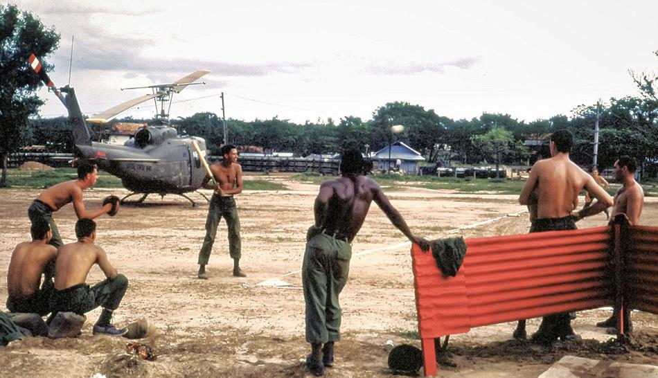 Softball-meccs a Dau Tieng-i helikopter-leszálló szélén