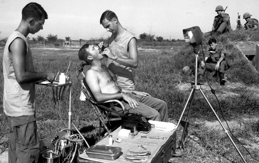 A tábori fogorvos munkában: a páciensek ezúttal a peremsávon őrködő katonák