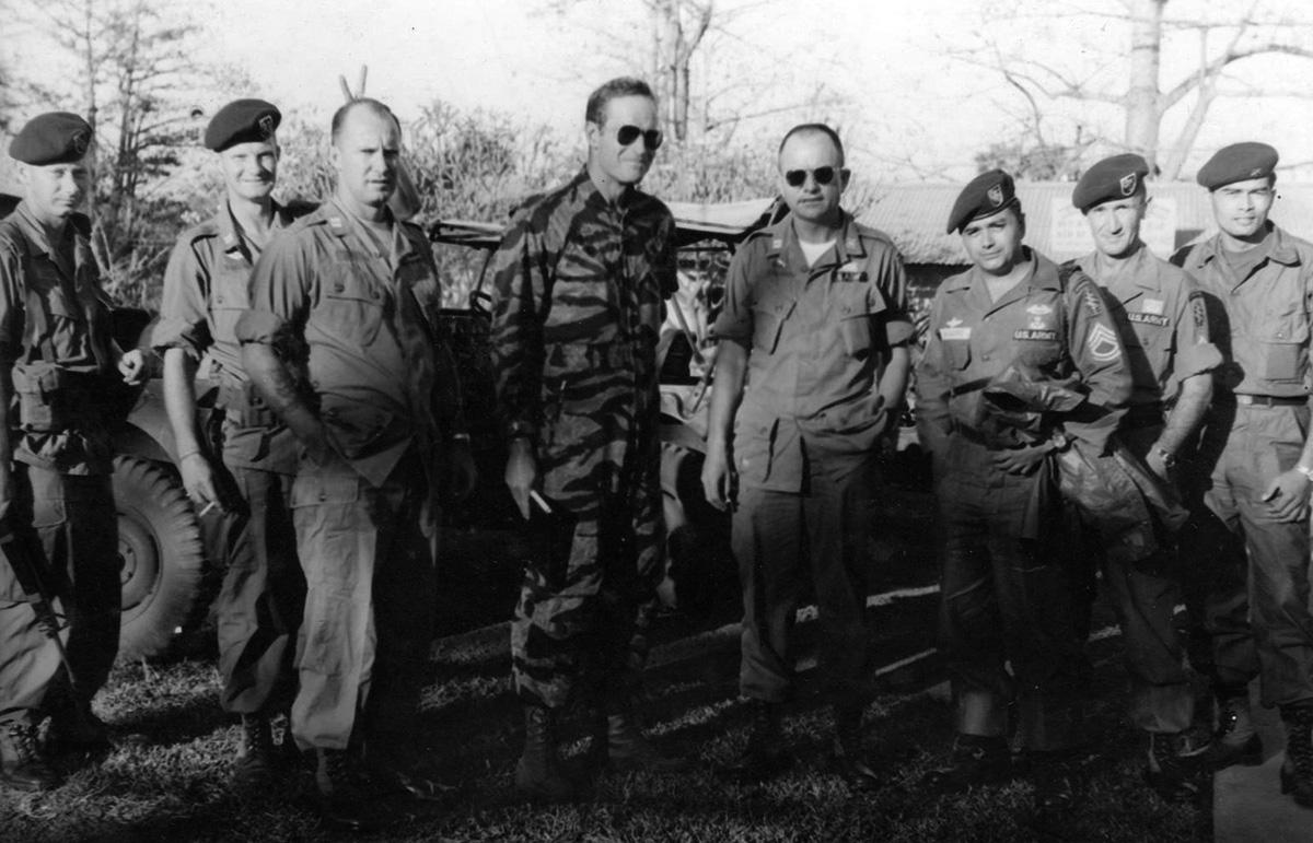 Charlton Heston (középen, tigriscsíkos egyenruhában) a Különleges Erők egyik táborában
