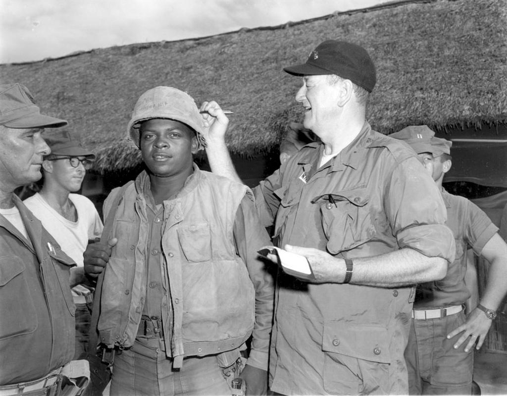 John Wayne épp Fonsell Wofford közlegény sisakját dedikálja a 3. tengerészgyalogos ezrednél tett látogatása során.