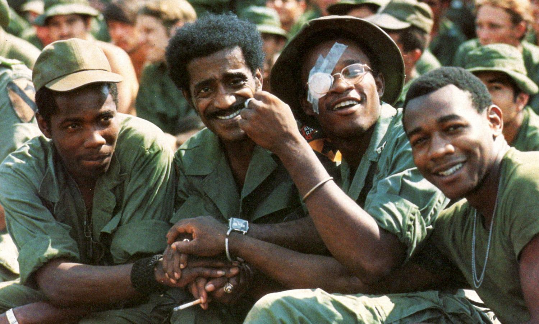Sammy Davis Jr. a korszak népszerű színésze és énekese volt. A képen fekete katonák körében látható egy fellépés előtt.
