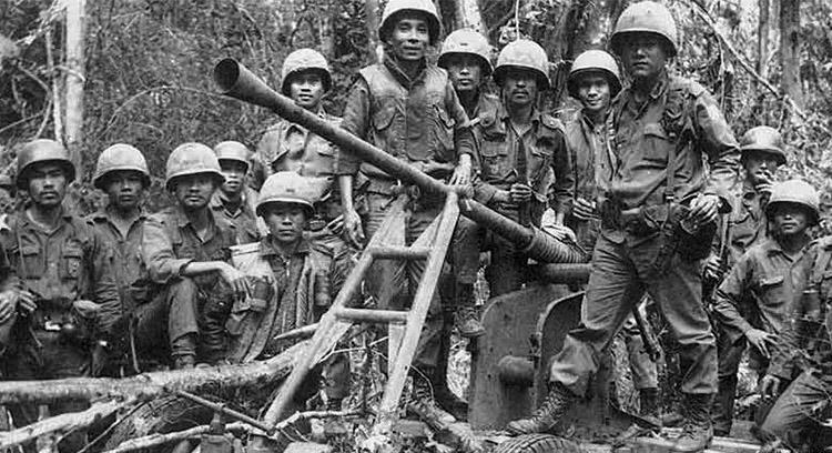 arvn_w_captured_aaa_gun_cambodia_1970.jpg