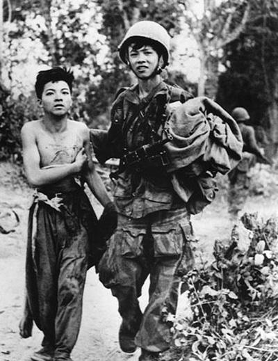 indochina_war_vietminh_prisoner_w_colonial_paratrooper.jpg