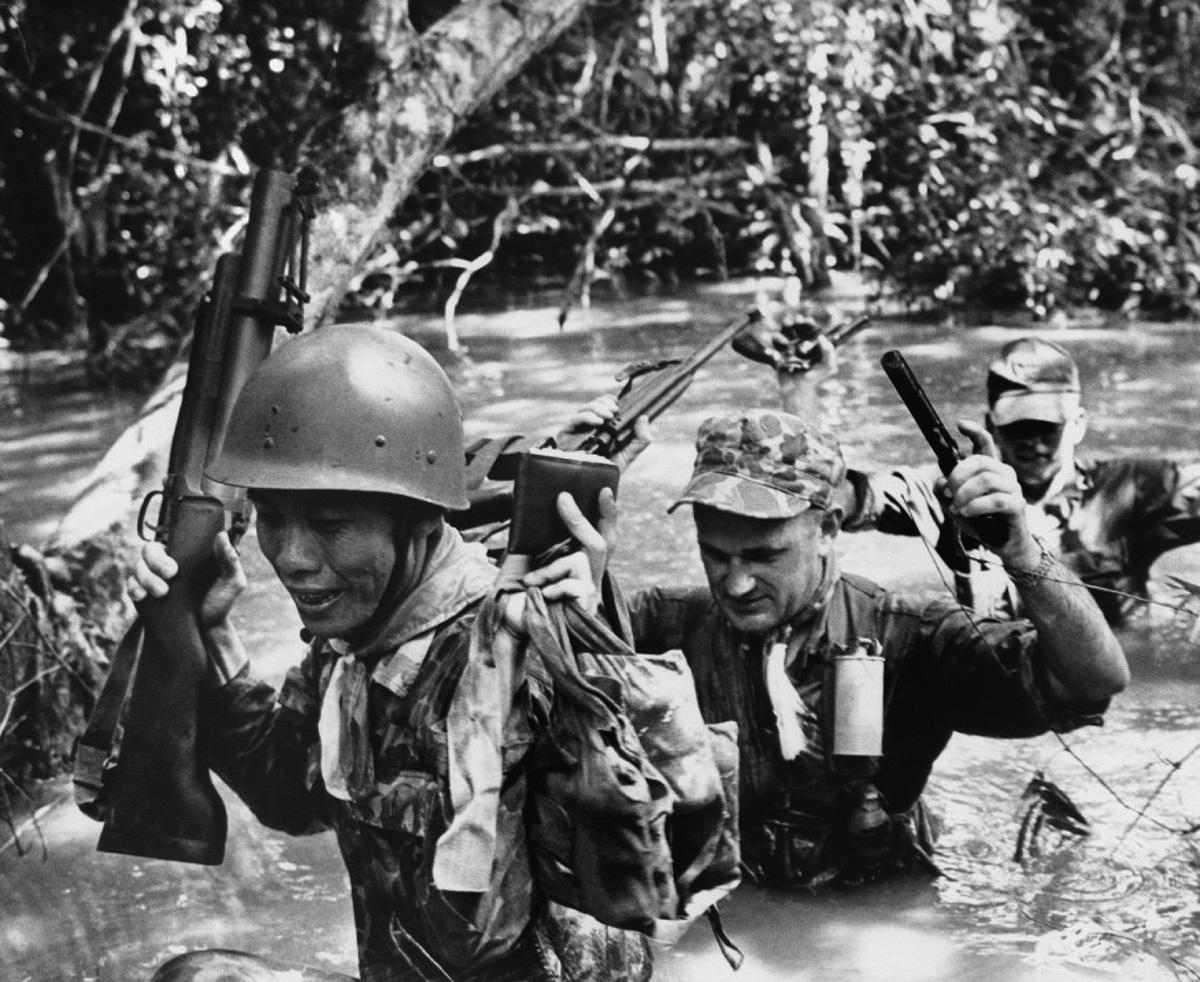 Az elöl haladó vietnámi katona M-79-es gránátvető tart