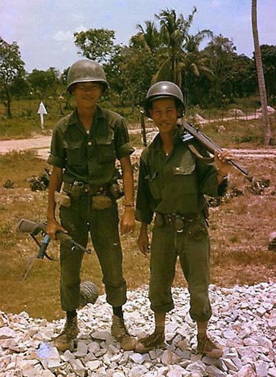 Dél-vietnámi gyalogosok 1966 körül. Fegyverük a mindkét oldalon nagy számban használt M-1 és M-2 karabély.